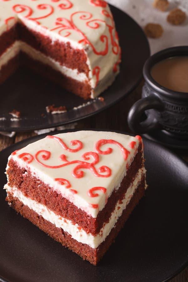 Heerlijke plak van rode fluweelcake op een plaatclose-up verticaal royalty-vrije stock foto's