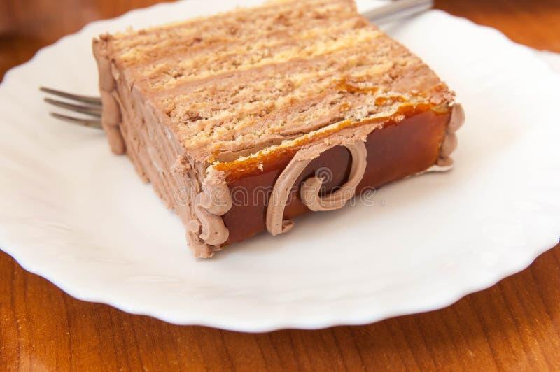 Heerlijke plak van wallnut, karamelcake op witte plaat royalty-vrije stock afbeelding