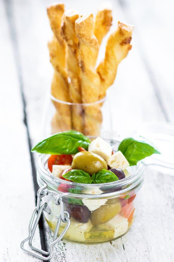 Heerlijke plantaardige tapas in een glas met knapperige eigengemaakte grissini stock afbeelding