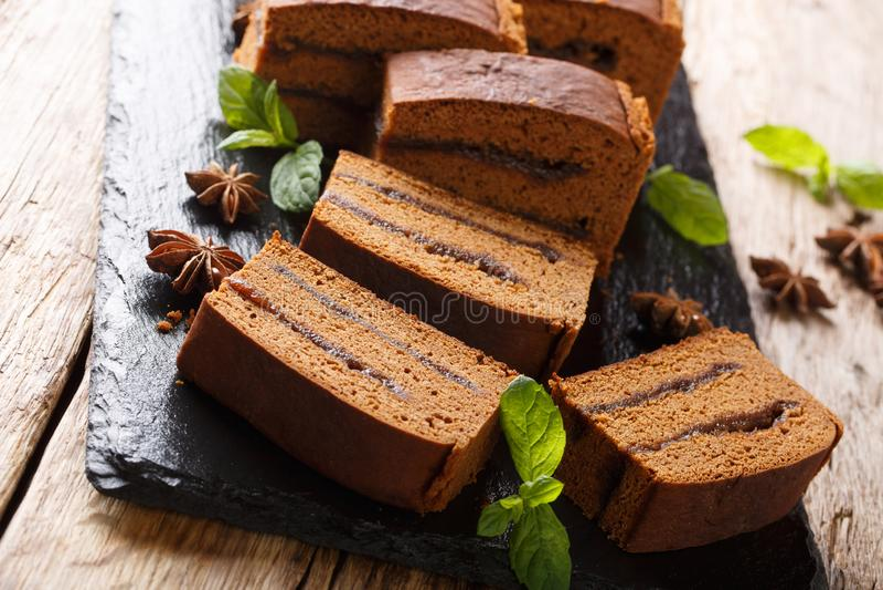 Heerlijke Poolse dessertcake piernik met het close-up van de pruimjam horizontaal royalty-vrije stock fotografie
