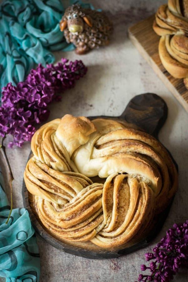Heerlijke pretzel met kaneel voor dessert stock afbeeldingen