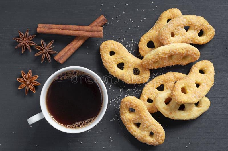 Heerlijke pretzels met suiker en koffie stock fotografie