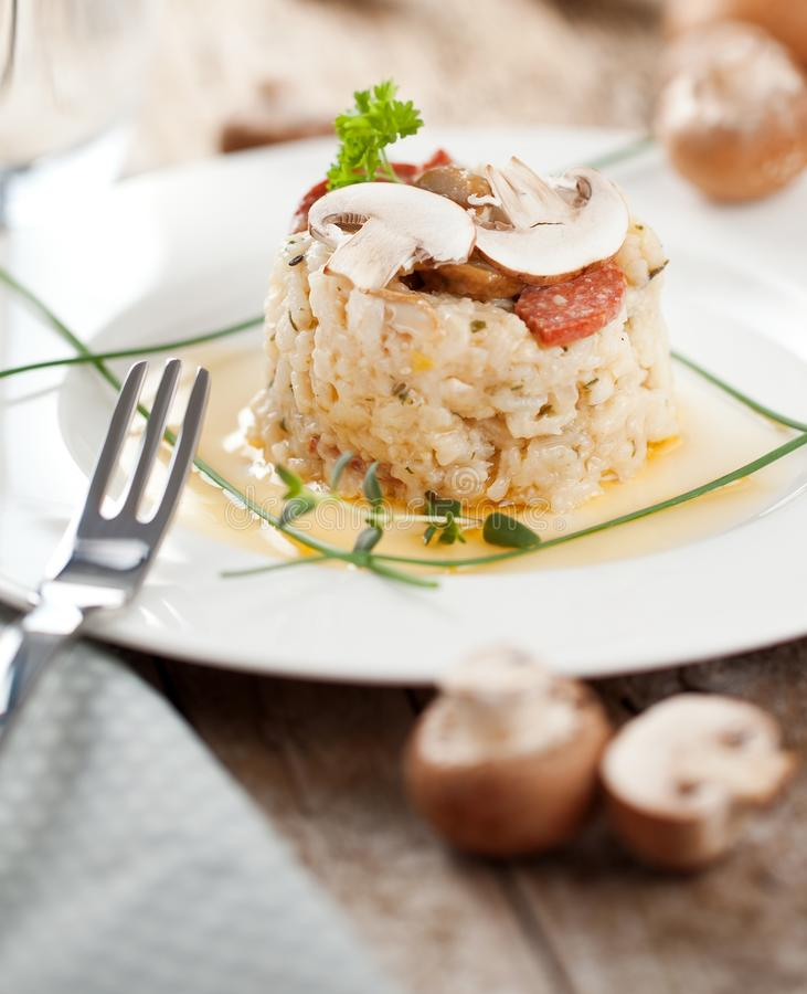 Heerlijke rijst met paddestoelen en rozemarijn, risotto stock afbeelding