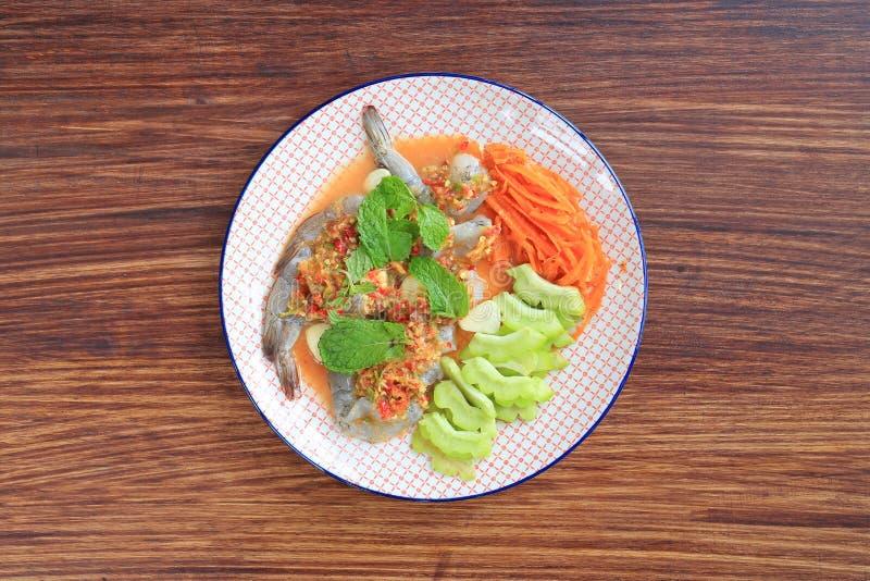 Heerlijke ruwe Garnalen in de saus van zeevruchtenspaanse pepers met muntblad en groenten in plaat op houten lijstachtergrond Hoo royalty-vrije stock foto's