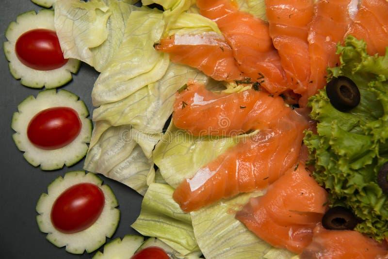 Heerlijke Salade gerookte zalm met groenten royalty-vrije stock fotografie