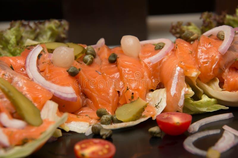 Heerlijke Salade gerookte zalm met groenten royalty-vrije stock foto's