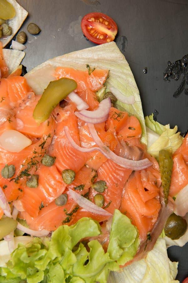 Heerlijke Salade gerookte zalm met groenten stock foto's