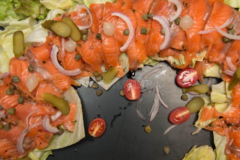 Heerlijke Salade gerookte zalm met groenten royalty-vrije stock afbeeldingen