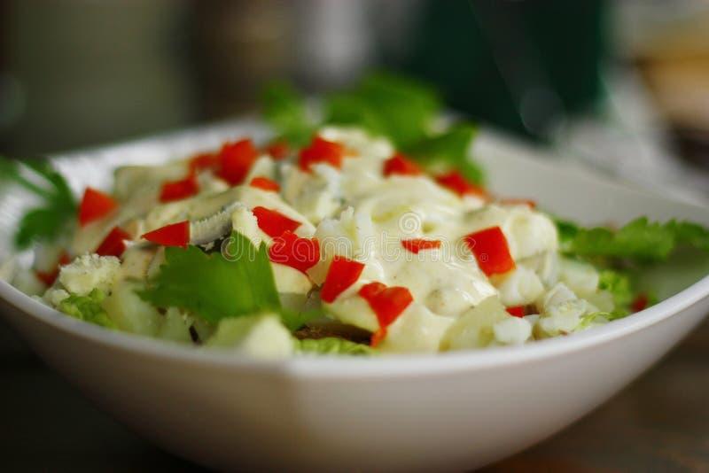 Heerlijke salade met eieren, peterselie en saus. stock foto