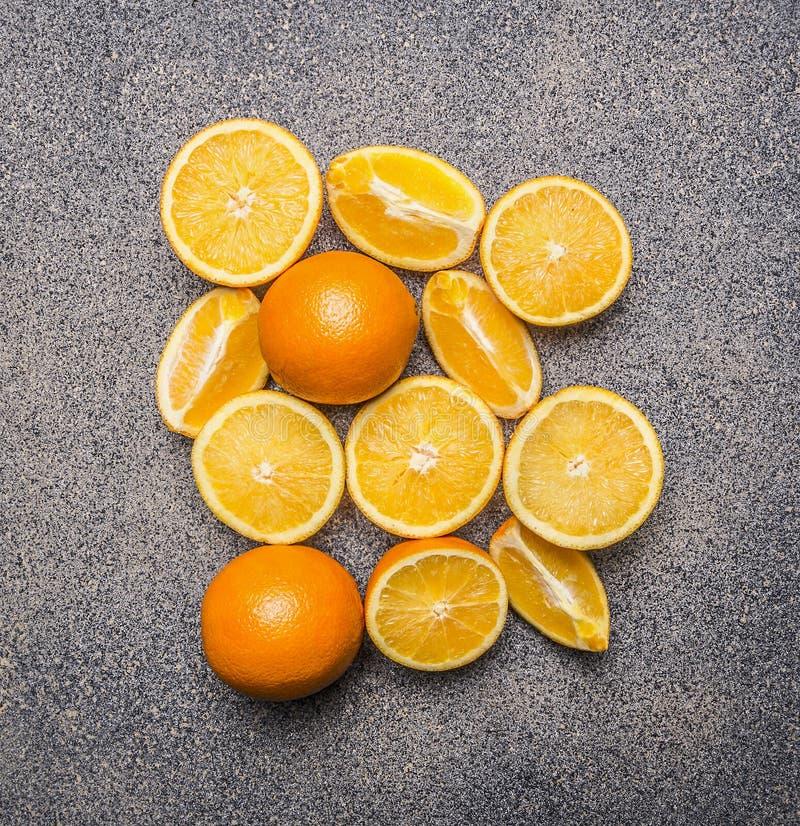 Heerlijke, sappige, rijpe sinaasappelen, gesneden graniet hoogste mening rustieke als achtergrond dicht omhoog stock foto