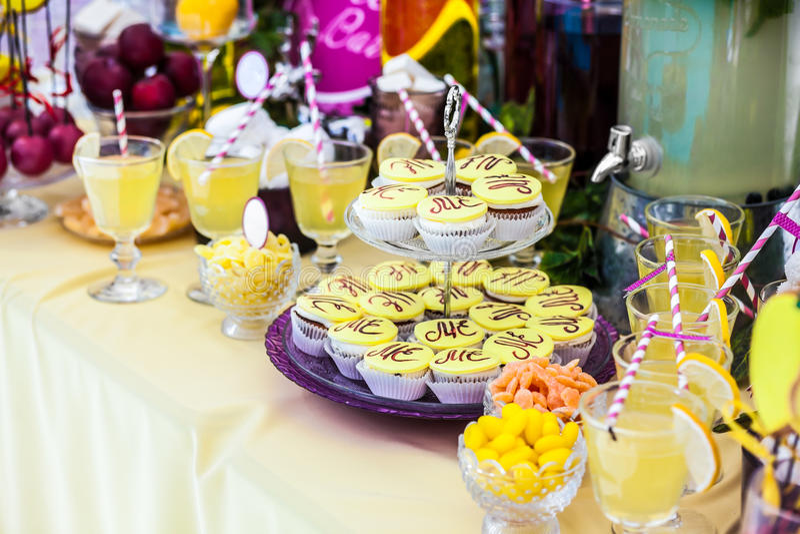 Heerlijke schatten en dranken, die op dessertlijst blijven stock afbeeldingen