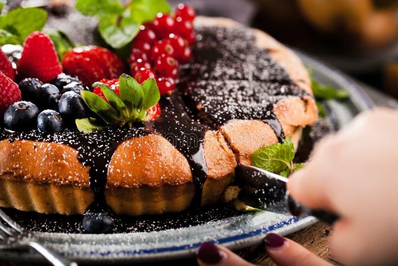 Heerlijke scherp met verse aardbeien, frambozen en bessen stock foto's
