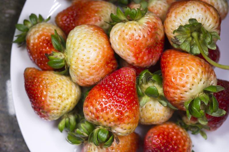 Heerlijke smakelijke aardbei op witte plate0 stock foto