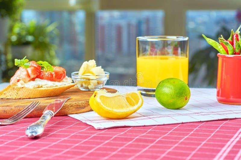 Heerlijke snacks met garnalen, vissen en avocado stock foto