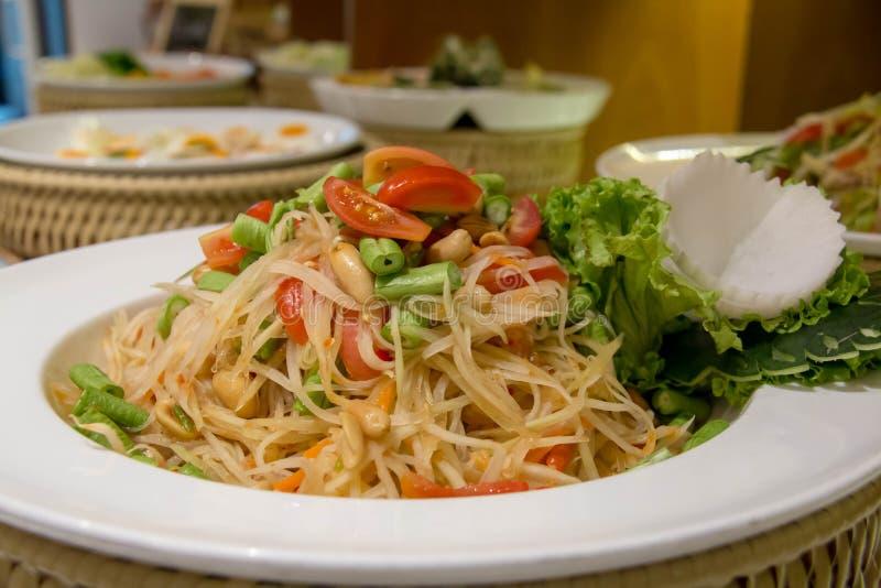 Heerlijke som tum Thaise kruidige salade stock foto's