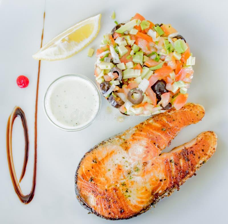 Heerlijke somon en gezonde salade royalty-vrije stock foto's