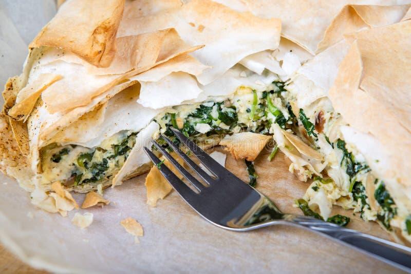 Heerlijke spinazie en feta kaaspastei, met filogebakje stock afbeelding