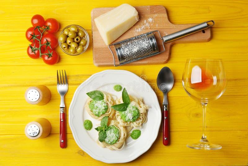 Heerlijke tagliatelledeegwaren met ingrediënten stock foto's