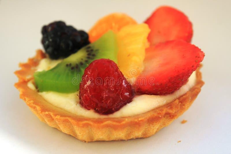 Heerlijke tarta met diverse vruchten stock foto's