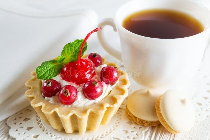 Heerlijke tartlet met verse bessen en roomkaas, een Ñ  omhoog van thee en kleine koekjes royalty-vrije stock afbeelding