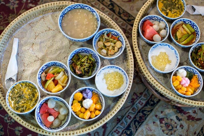 Heerlijke Thaise die voedselreeks op bamboeplaat wordt gediend lunch en of dinerreeks van cultuur Thais voedsel heden voor reizig stock foto