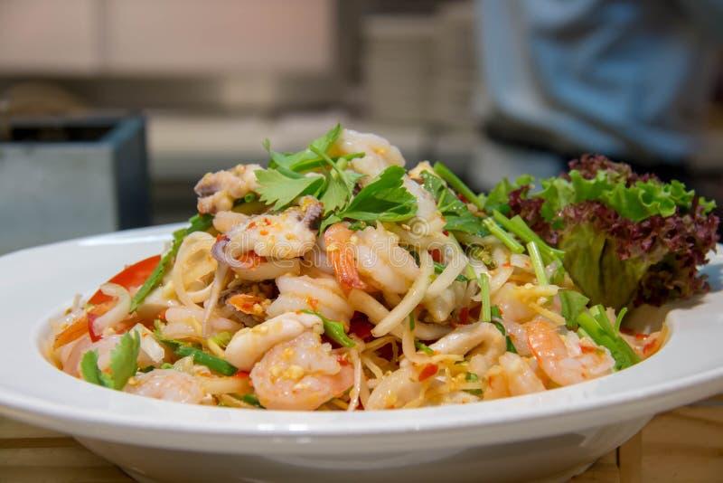 Heerlijke Thaise kruidige gemengde salade in kom stock foto