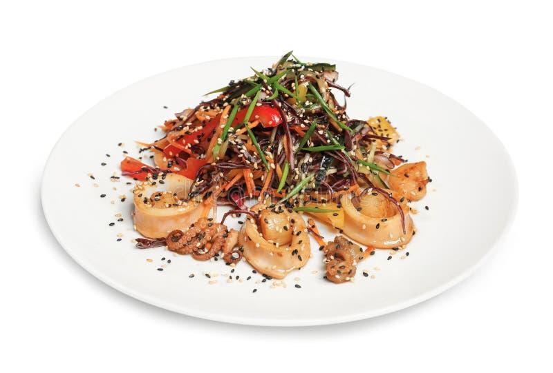 Heerlijke Thaise salade met zeevruchten stock foto's