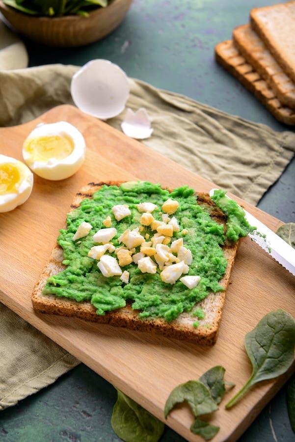 Heerlijke toost met besnoeiing gekookt ei op houten raad royalty-vrije stock fotografie