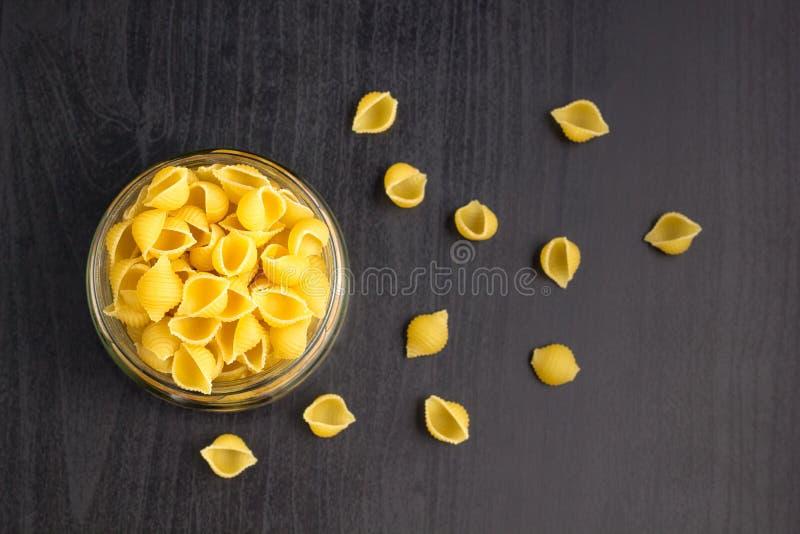 Heerlijke traditionele shells van het conchigliedeeg Italiaanse macaronideegwaren in de glaskruik royalty-vrije stock foto's