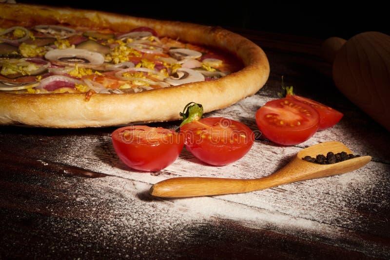 Heerlijke van zeevruchtengarnalen en mosselen pizza op een zwarte houten lijst Italiaans voedsel Hoogste mening royalty-vrije stock afbeeldingen