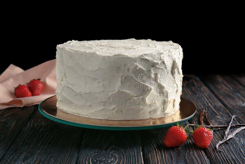 Download Heerlijke Vanillecake Met Slagroom Stock Afbeelding - Afbeelding bestaande uit cake, achtergrond: 107702537