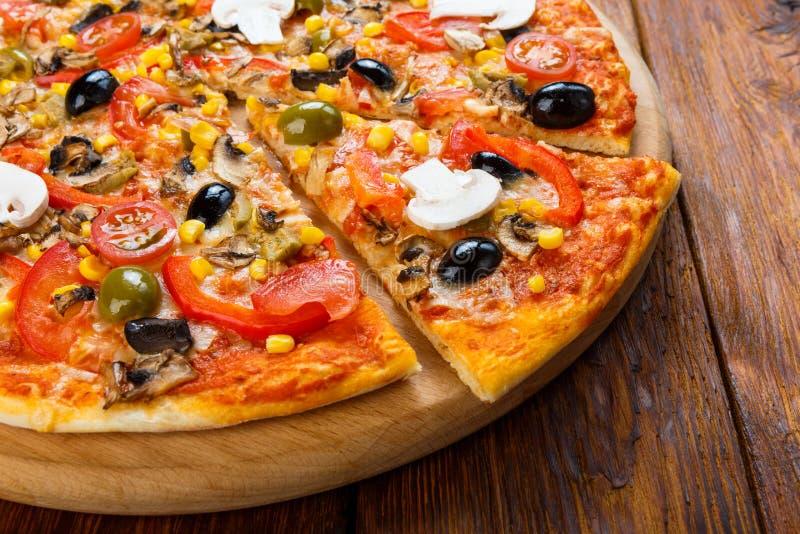 Heerlijke vegetarische pizza met tomaten, paddestoelen en olijven stock afbeeldingen