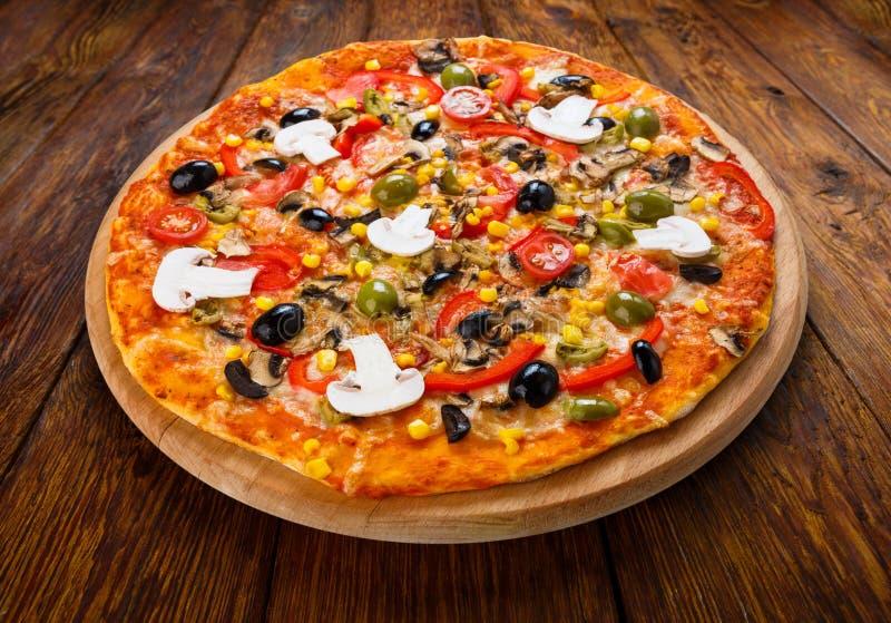 Heerlijke vegetarische pizza met tomaten, paddestoelen en olijven royalty-vrije stock foto