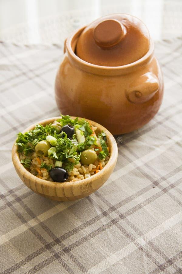 Heerlijke vegetarische rijst met olijven stock foto