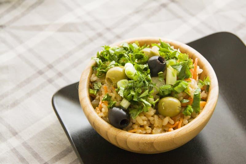 Heerlijke vegetarische rijst met olijven stock afbeelding