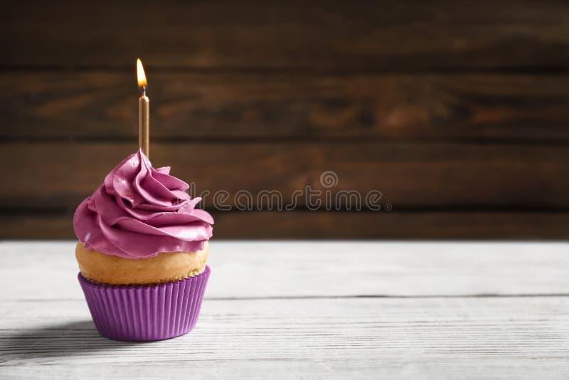Heerlijke verjaardag cupcake met het branden van kaars royalty-vrije stock foto