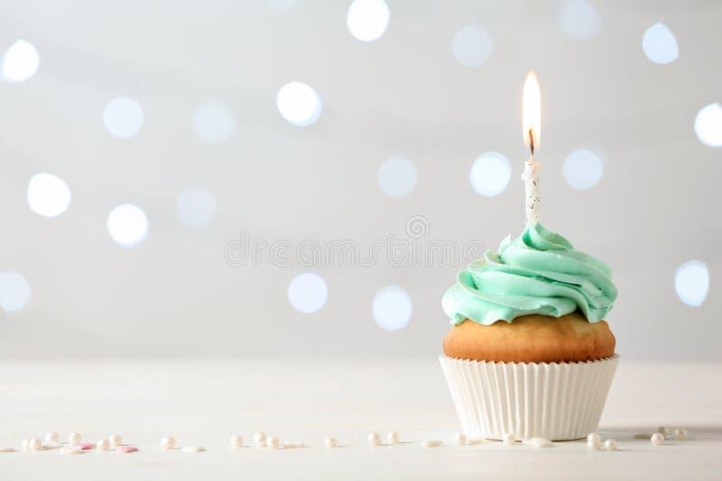 Heerlijke verjaardag cupcake met het branden van kaars royalty-vrije stock fotografie