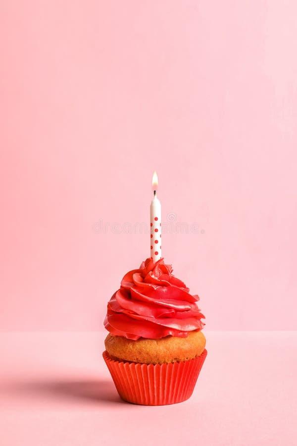 Heerlijke verjaardag cupcake met kaars stock foto