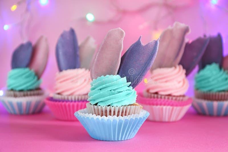 Heerlijke verjaardag cupcake op kleurentabel royalty-vrije stock foto's