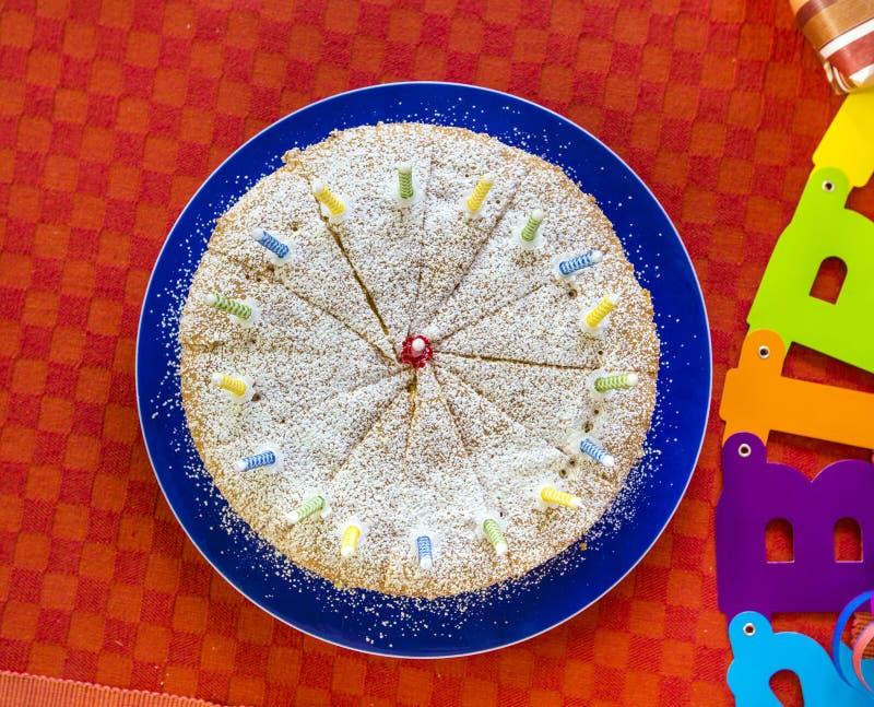 Heerlijke verjaardag cupcake op lijst royalty-vrije stock foto's