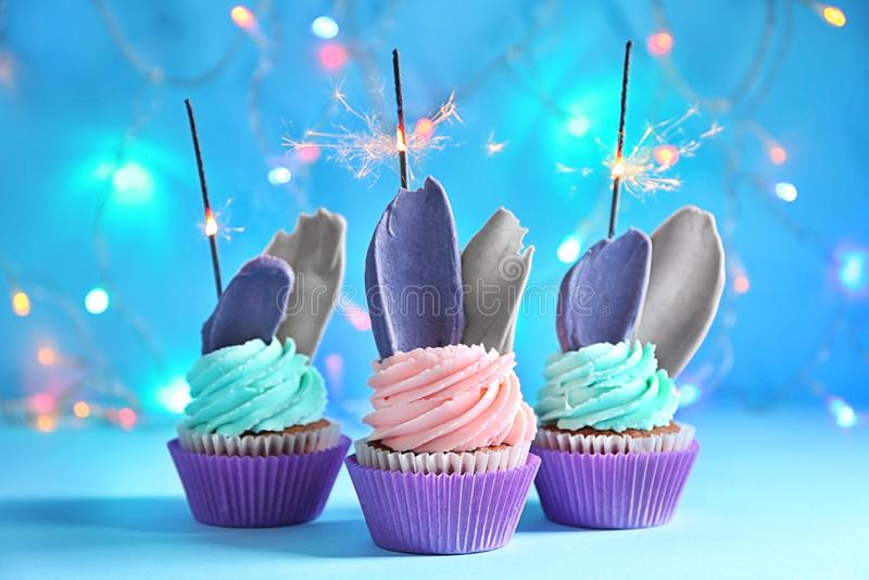 Heerlijke verjaardag cupcakes met sterretjes tegen vage lichten royalty-vrije stock afbeelding