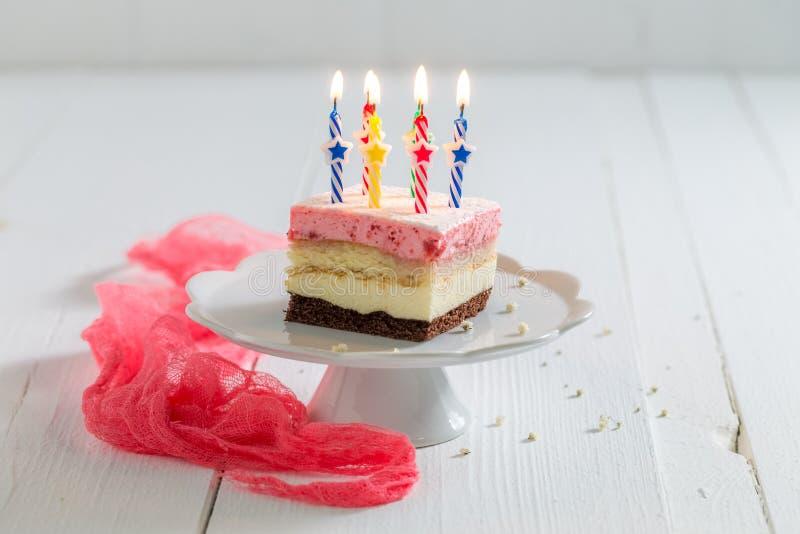 Heerlijke verjaardagscake met aardbei en kaarsen royalty-vrije stock fotografie