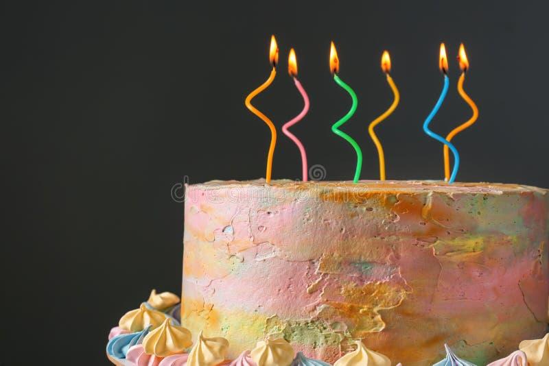 Heerlijke verjaardagscake met het branden van kaarsen op donkere achtergrond stock foto's