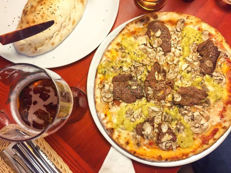 Heerlijke vers voorbereide hete pizza met vlees stock foto