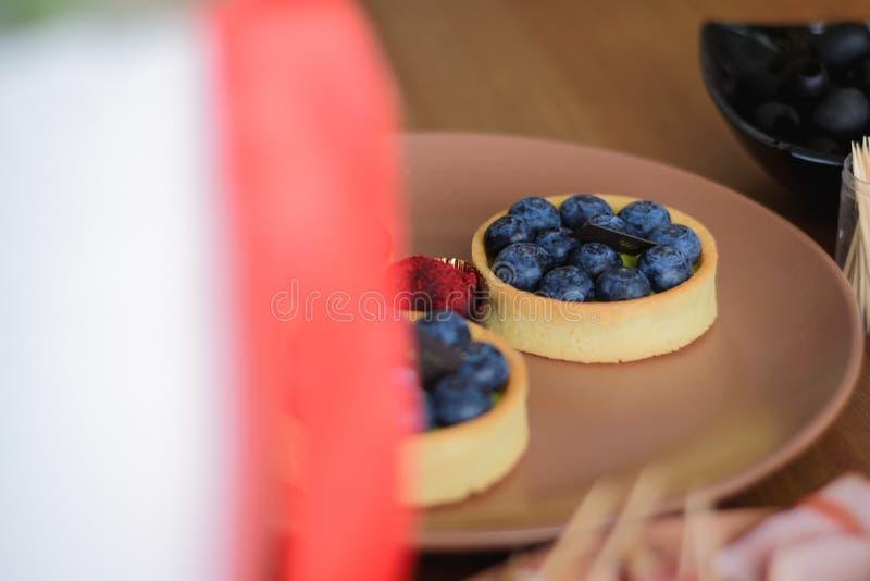 Heerlijke verse bosbes en aardbeicakes op de vakantielijst royalty-vrije stock fotografie
