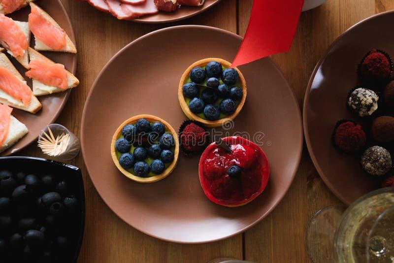 Heerlijke verse bosbes en aardbeicakes op de vakantielijst royalty-vrije stock foto's