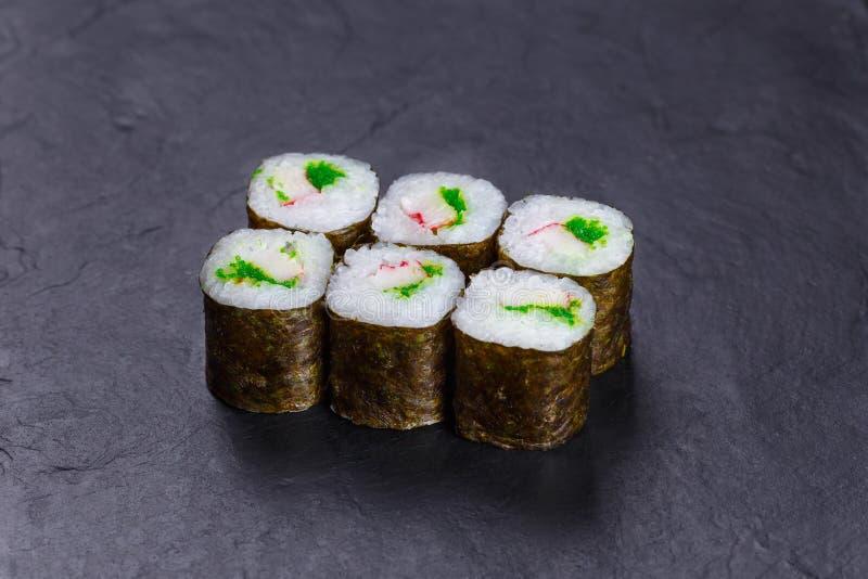 Heerlijke verse multicolored sushibroodjes met krabvlees en cavi stock foto
