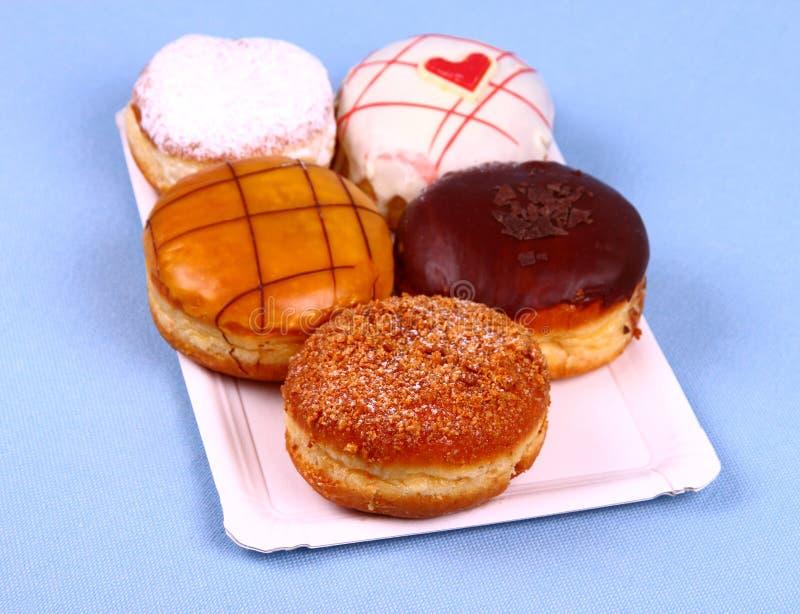 Heerlijke vijf, geassorteerd donuts op plaat royalty-vrije stock foto's