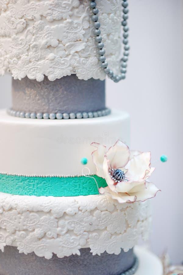 Heerlijke witte en grijze huwelijk of verjaardagscake royalty-vrije stock afbeeldingen