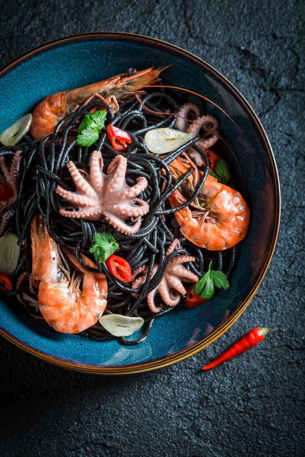 Heerlijke zeevruchten zwarte die deegwaren van octopus, tijgergarnalen worden gemaakt royalty-vrije stock afbeeldingen